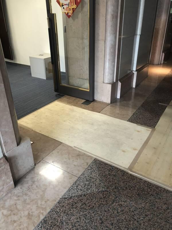 台北市搬家案例.松山區-搬運前貼防護面材保護大樓石材地板2