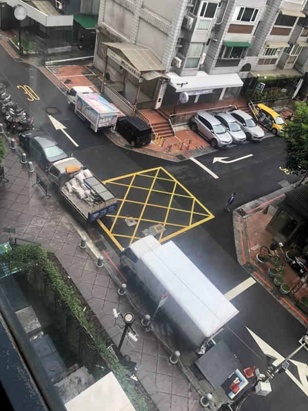 台北市搬家案例.松山區-搬運前貼防護面材保護大樓石材地板6